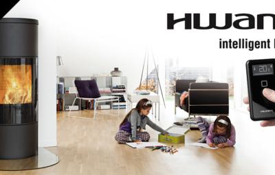 HWAM Kaminofen im Wohnzimmer mit spielenden Kindern