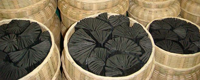 Abgefüllte-Holzkohle-im-Korb