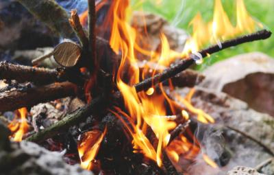 Lagerfeuer-mit-Stockbrot