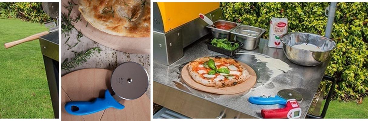 Ambientebild eines befeuerten Pizzaofens mit viel Zubehör auf den Ablageflächen