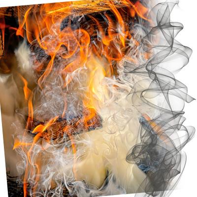 brennendes rauchendes Holz