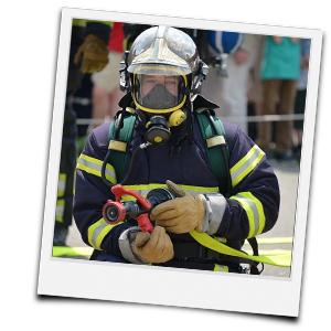 Feuerwehrmann mit Gasmaske