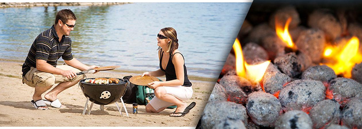 Paar am Strand mit Holzkohlegrill