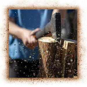 Holz mit der Axt spalten