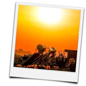 Sonnenuntergang hinter Solarthermieanlagen