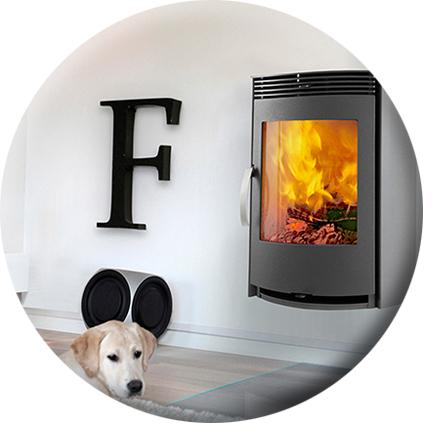 Ambientebild Wandkamin mit Hund