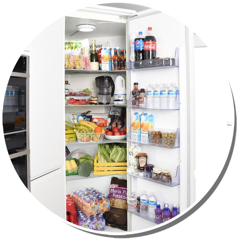 Bild eines geöffneten gefüllten Kühlschranks