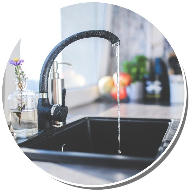 Bild eines laufenden Wasserhahns in der Küchenspüle