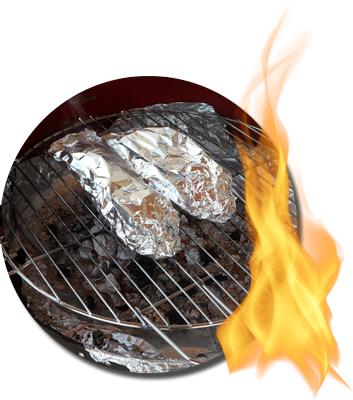 in Alufolie ruhendes Fleisch auf einem Holzkohlegrill