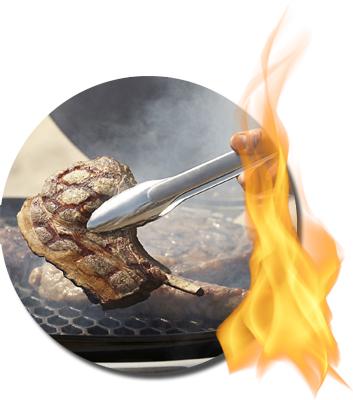 Grillzange wendet ein Steak