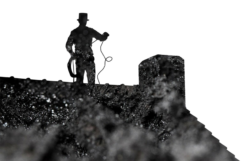 Silhouette eines arbeitenden Schornsteinfegers auf dem Dach