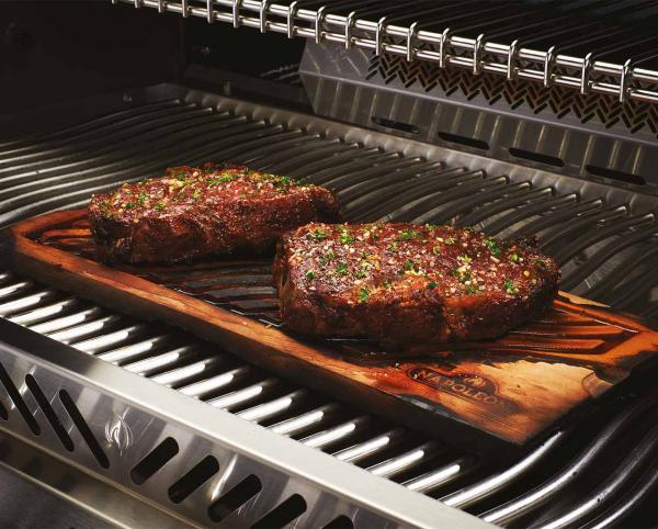 Plank Grilling findet auch beim Grillen von Fleisch Anwendung