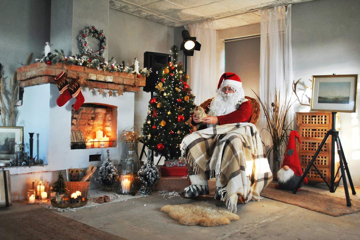 weihnachtlich dekorierter Kamin