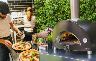 Pizzabäcker und Temperaturfühler am Pizzaofen