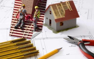Pläne Hausbau und Foto Dachdecker bei der Arbeit