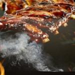 Spareribs vom Gasgrill: Bis das Fleisch vom Knochen fällt