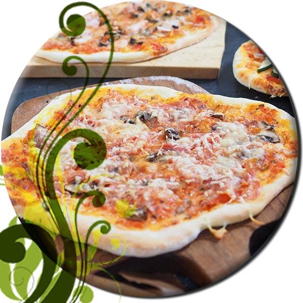 Pizza mit Pizzaschieber in den Grill schieben