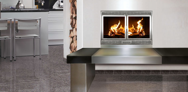 Ein Beispiel für eine eingebaute Kaminkassette, die die sehr moderne Küche veredelt