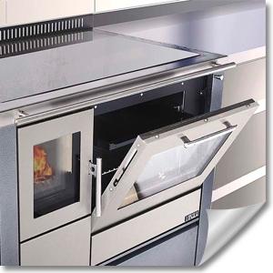 moderner Küchenofen mit Ceranfeld in Küchenzeile integriert