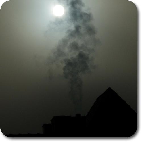düsteres Bild mit einer hinter Rauch verschwindenden Sonne