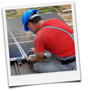 Techniker kontrolliert Solaranlage