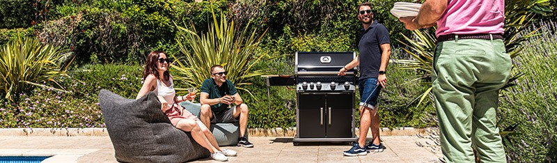 Grillparty mit Napoleon Rogue am Pool