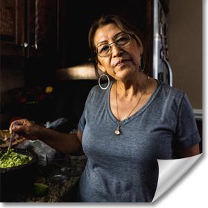 ältere Dame beim kochen in der Küche