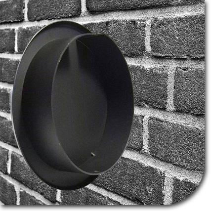 Schwarz-Weiß-Bild eines Blinddeckels vor einer geziegelten Wand