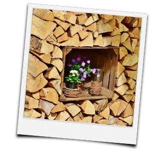 sauber geschichtetes Holz mit Dekofenster