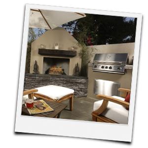 individuell errichtete Outdoorküche mit Kamin und Grill