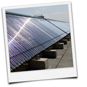 Solarthermiekollektoren auf einem Flachdach