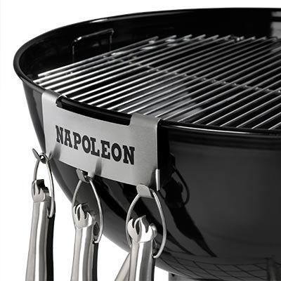 grillzubehoer-napoleon-besteckhalter-fuer-kugelgrill-stahl-anwendungsbeispiel-400x400