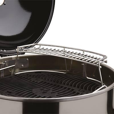 grillzubehoer-napoleon-warmhalterost-fuer-kugelgrill-57-cm-edelstahl-anwendung-400x400