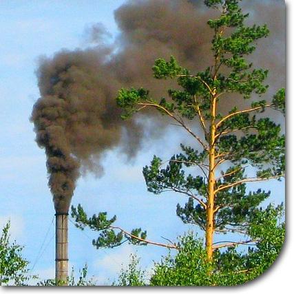 Schornstein mit schwarzem Rauch