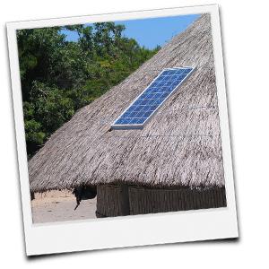 Solaranlage auf Strohhütte